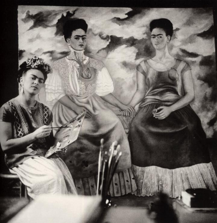 07Kahlo pintando las dos Fridas Coyoacan 1939 (Copiar)